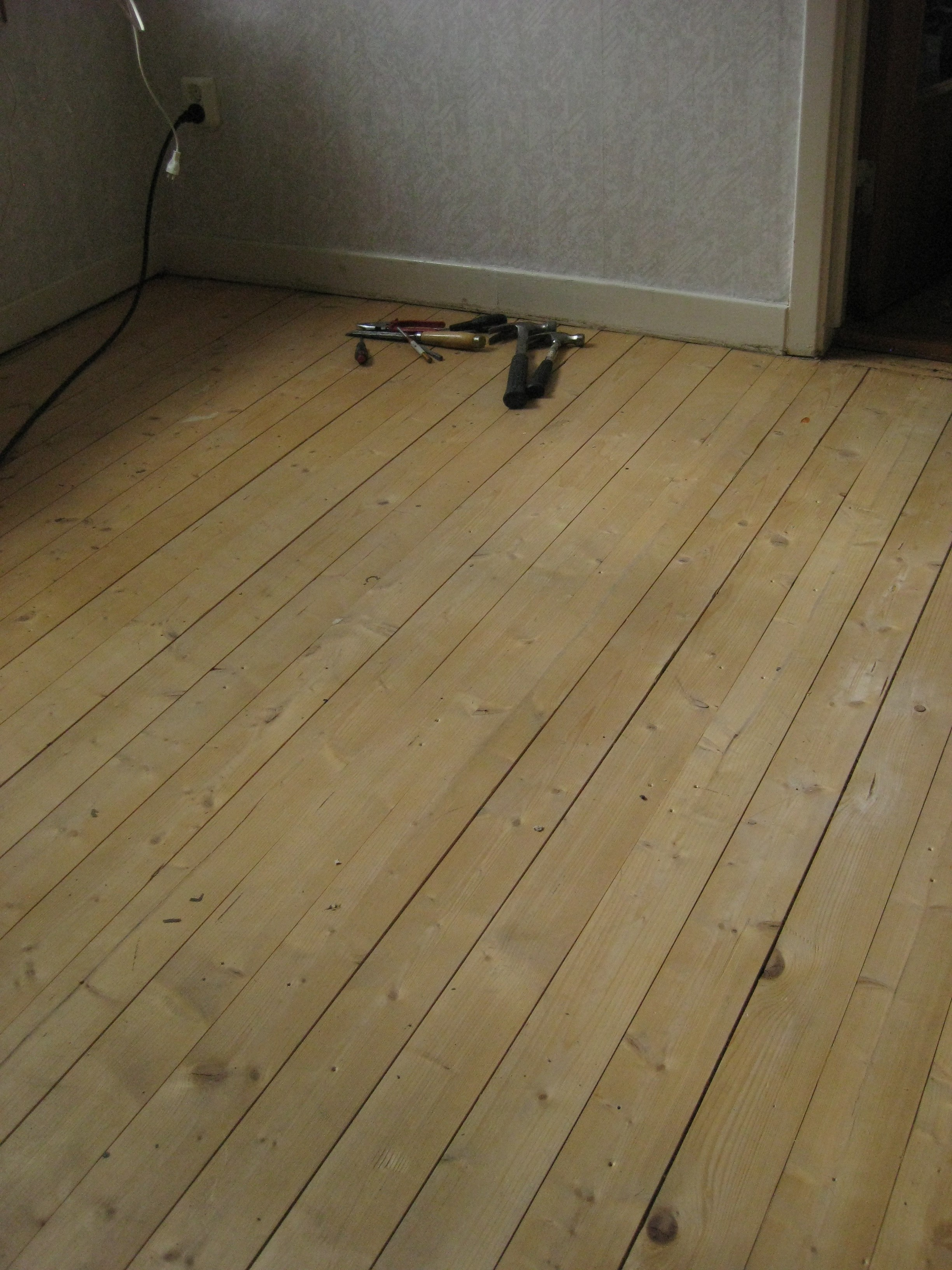 Efter ganska mycket jobb med att lyfta bort golvspånskivorna fann vi detta!